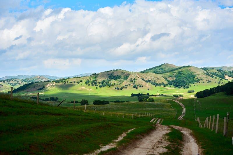 De weg en de heuvels royalty-vrije stock afbeelding