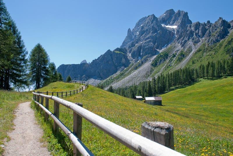 De weg en de omheining van de berg royalty-vrije stock afbeelding