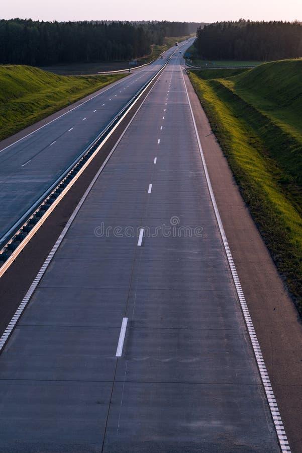 De Weg en de zonsondergang van het land Duidelijke weg grote aard rond stock fotografie