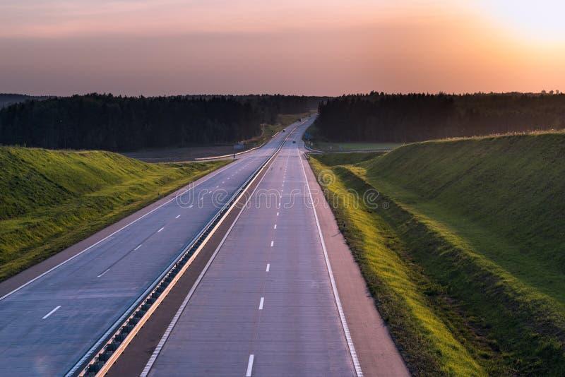De Weg en de zonsondergang van het land Duidelijke weg grote aard rond royalty-vrije stock foto