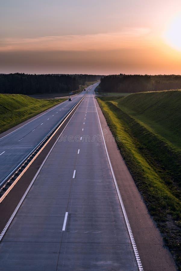 De Weg en de zonsondergang van het land Duidelijke weg grote aard rond royalty-vrije stock afbeelding