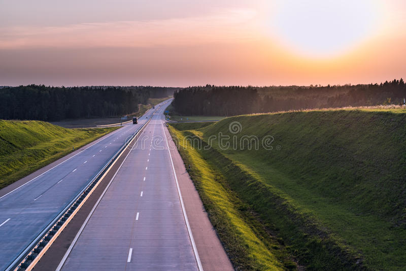 De Weg en de zonsondergang van het land Duidelijke weg grote aard rond royalty-vrije stock foto's