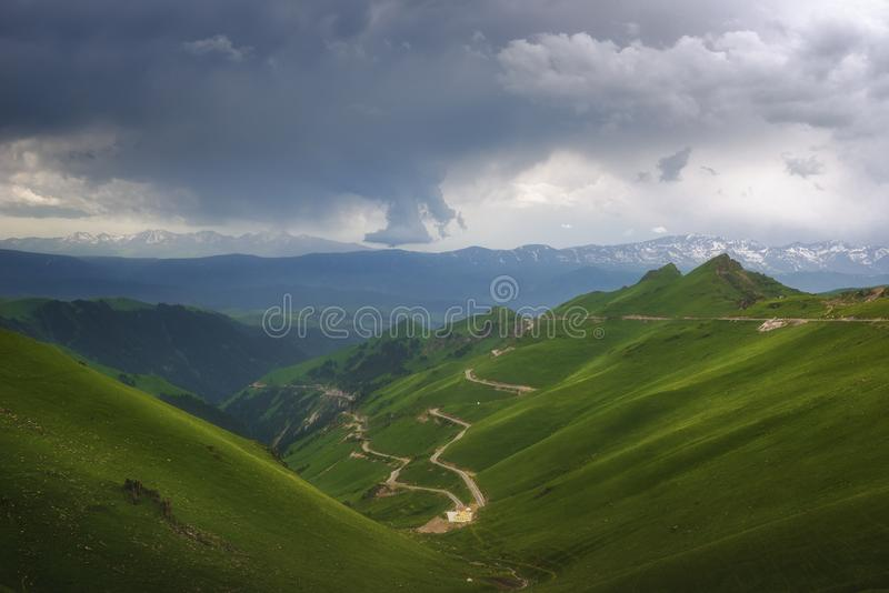 De weg in de groene vallei royalty-vrije stock afbeeldingen