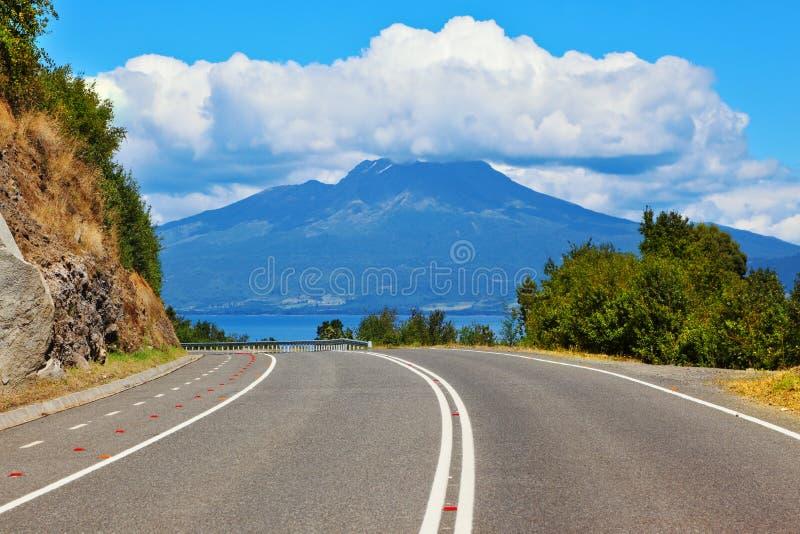 De weg leidt tot vulkaan Osorno royalty-vrije stock afbeeldingen