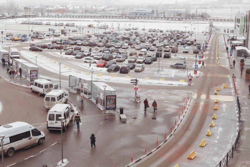 De weg met het parkeren van auto's en een einde van openbaar vervoer royalty-vrije stock foto