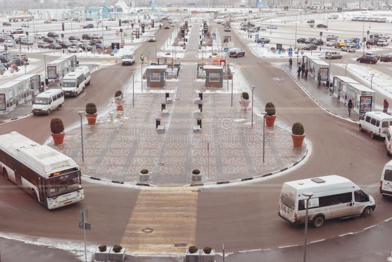 De weg met het parkeren van auto's en een einde van openbaar vervoer royalty-vrije stock afbeeldingen