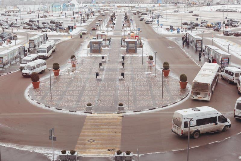 De weg met het parkeren van auto's en een einde van openbaar vervoer stock foto's