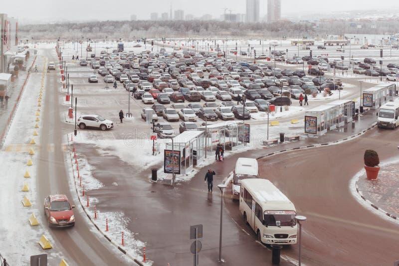 De weg met het parkeren van auto's en een einde van openbaar vervoer stock afbeelding