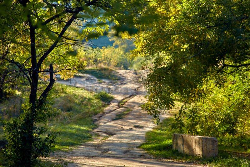 De weg omhoog de heuvel royalty-vrije stock afbeelding