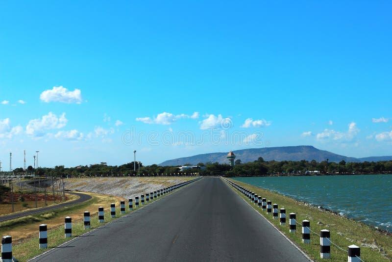 De weg op het dammeer, de dam van Pasak jolasid is populair oriëntatiepunt in Lopburi in Thailand royalty-vrije stock afbeeldingen