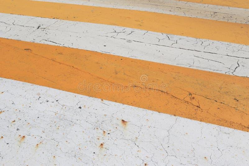 de weg is oranje en de witte kleurenachtergrond zo zorgvuldig is aan gebruik royalty-vrije stock fotografie