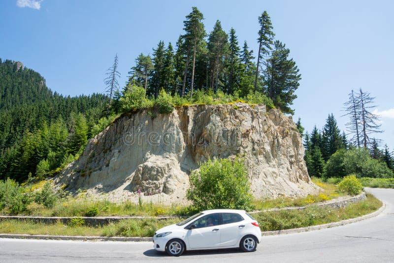 De weg in Rhodopes, Bulgarije, de zomer royalty-vrije stock afbeeldingen