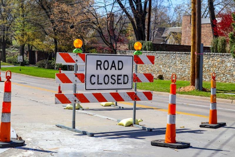 De weg sloot teken in het midden van vier steegweg in woonbuurt in de vroege lente royalty-vrije stock fotografie