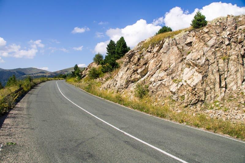 De weg tussen de rotsen in Bulgarije royalty-vrije stock afbeeldingen