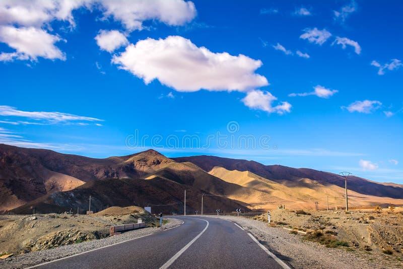 De weg tussen heuvels en bergen, Atlasbergen, Marokko, Afrika royalty-vrije stock foto's