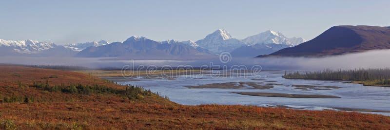 De weg van Alaska Denali in de herfst stock afbeelding