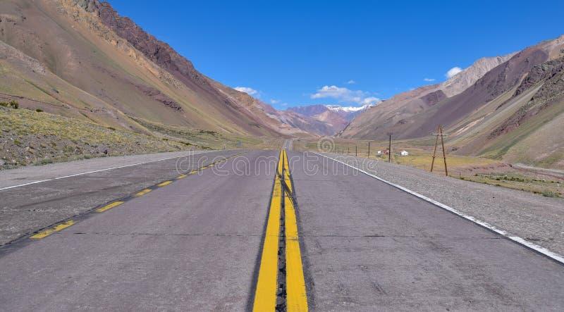 De weg van de berg in de Andes stock afbeelding