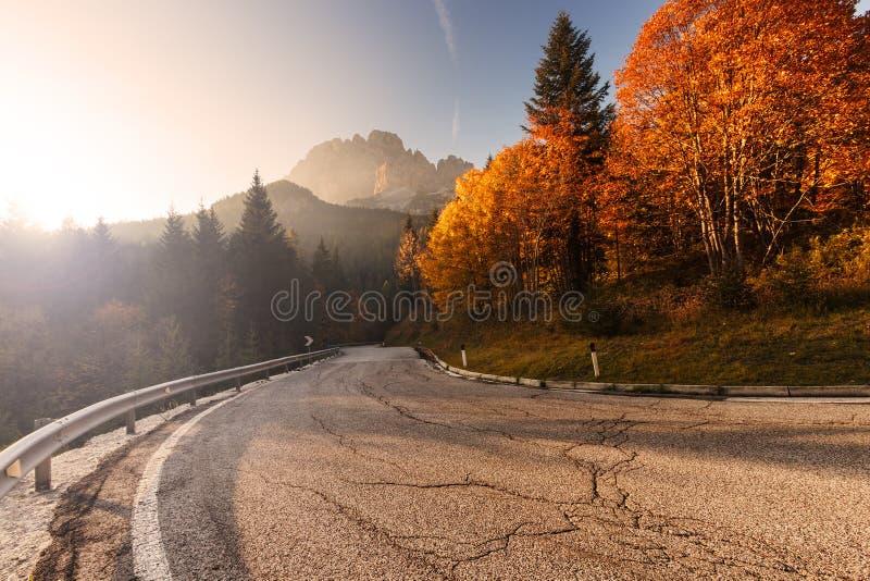 De weg van de berg in de herfst De Krim, de Oekraïne royalty-vrije stock foto's