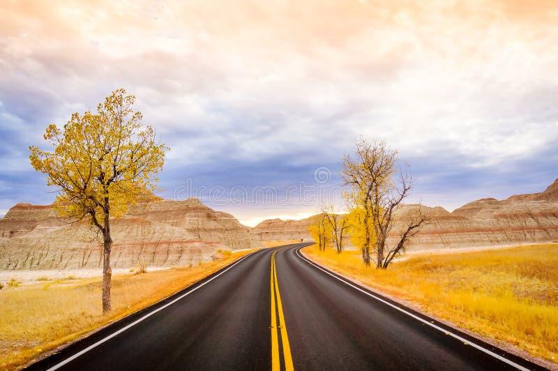 De Weg van de Badlandslijn door het Gele Hopengebied van het Nationale Park van Badlands in Zuid-Dakota, de V.S. stock foto