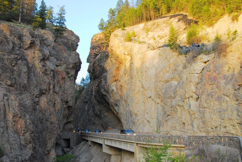 De weg van de berg door canion stock afbeeldingen