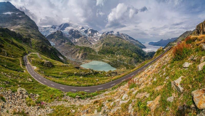 De weg van de bergpas in schitterend alpien landschap in de zomer stock afbeeldingen