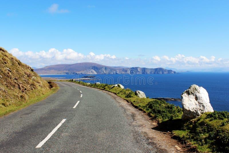 De weg van de klippenrand aan Achill-Eiland, Ierland stock foto