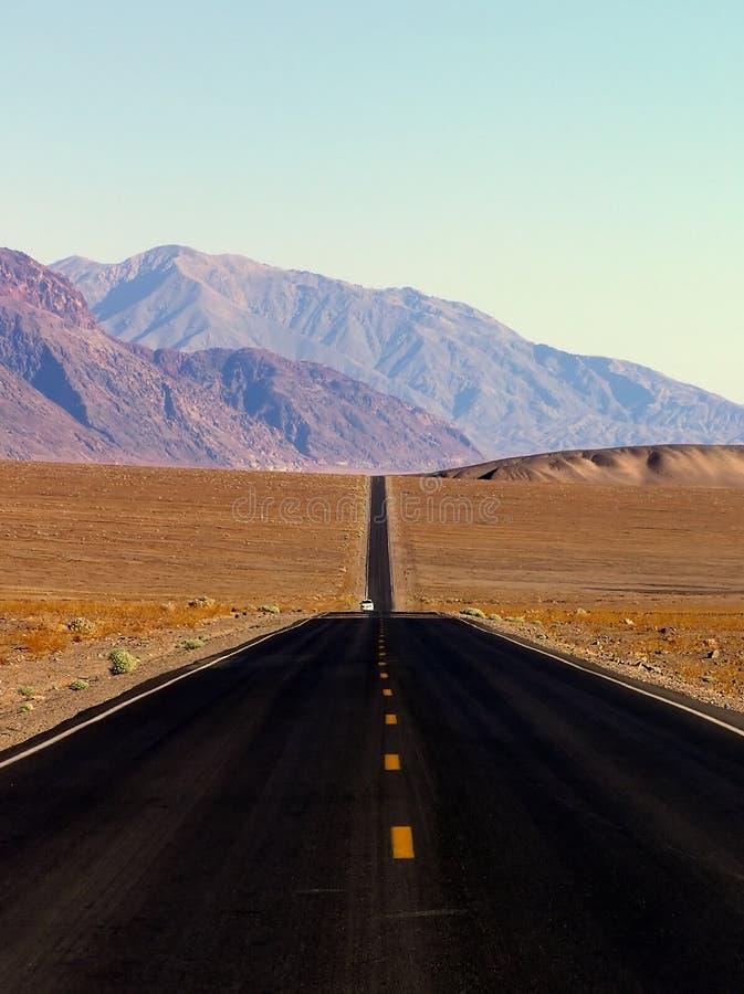 De weg van de woestijn en bergen, de Vallei NP van de Dood royalty-vrije stock afbeeldingen