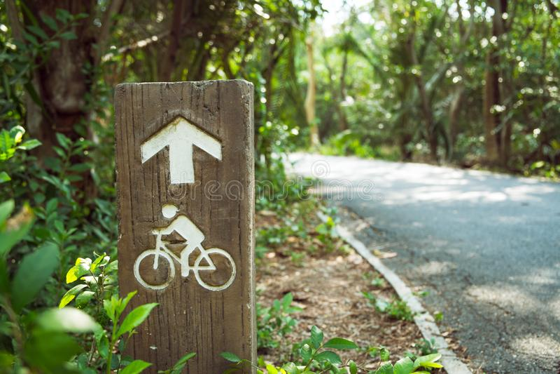 De weg van de fietssteeg voorziet met pijl drijfrichting van wegwijzers stock foto's