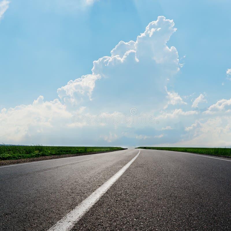 De weg van het asfalt aan horizon royalty-vrije stock foto