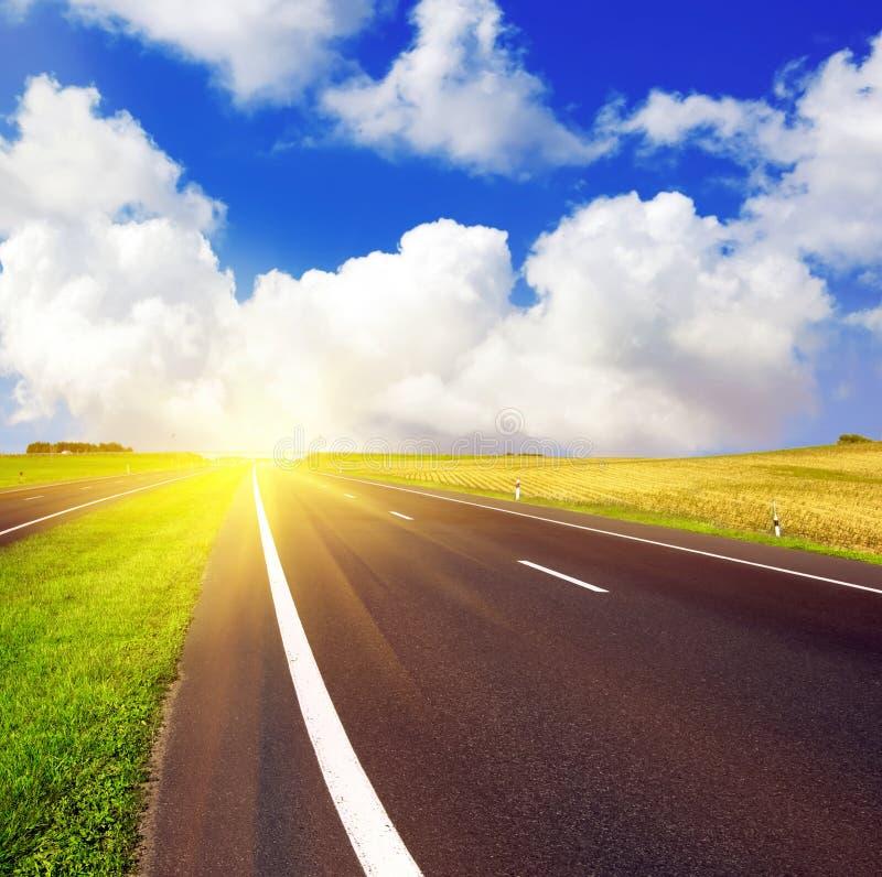 De weg van het asfalt over blauwe hemel royalty-vrije stock foto