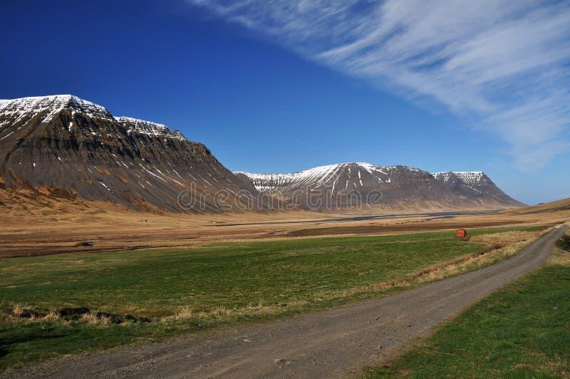De weg van het grint in berg, IJsland royalty-vrije stock afbeeldingen
