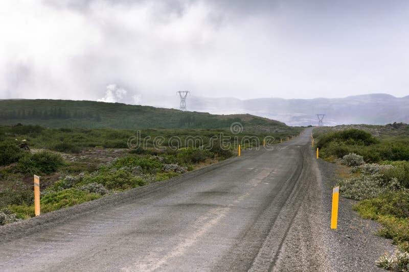 De Weg van het grint door Geothermisch Gebied in IJsland stock afbeeldingen
