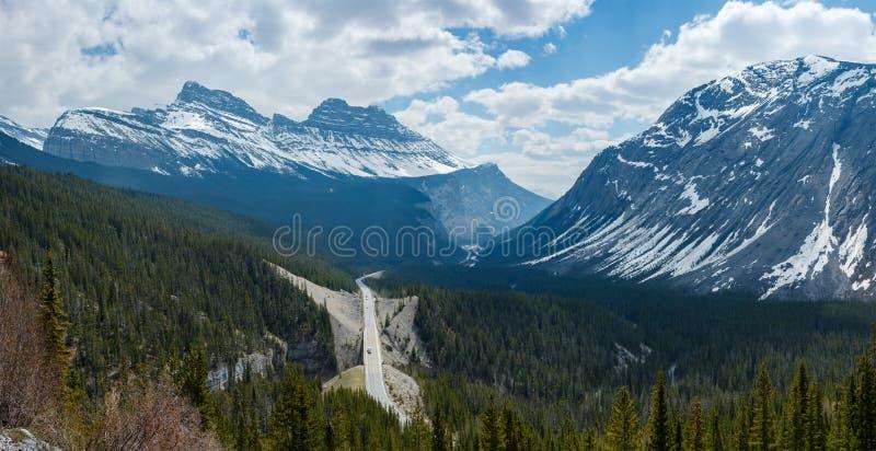 De weg van het Icefieldbrede rijweg met mooi aangelegd landschap en van het bergenpanorama beeld royalty-vrije stock afbeelding