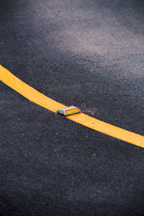 De weg van het krommeasfalt met lijn lichte reflector stock foto's