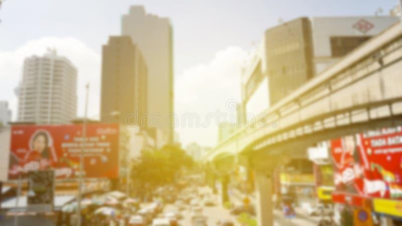 De weg van het onduidelijk beeldverkeer met de abstracte achtergrond van de zongloed stock foto