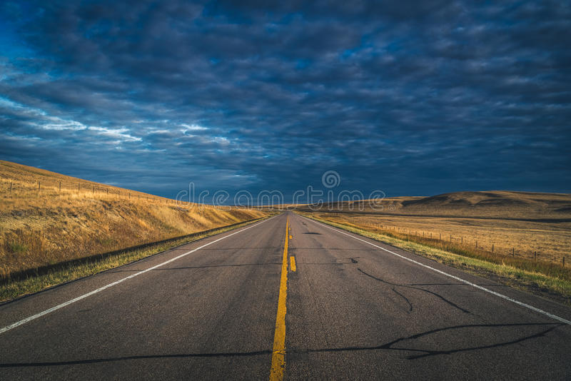 De weg van het platteland royalty-vrije stock afbeeldingen
