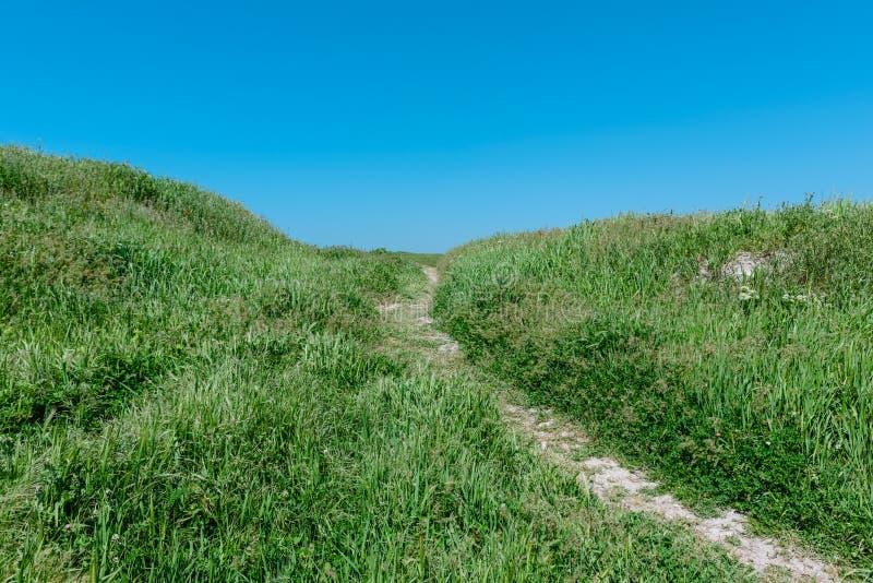 Download De Weg Van Het De Zomerlandschap Op De Heuvel Stock Afbeelding - Afbeelding bestaande uit toneel, panoramisch: 107701567
