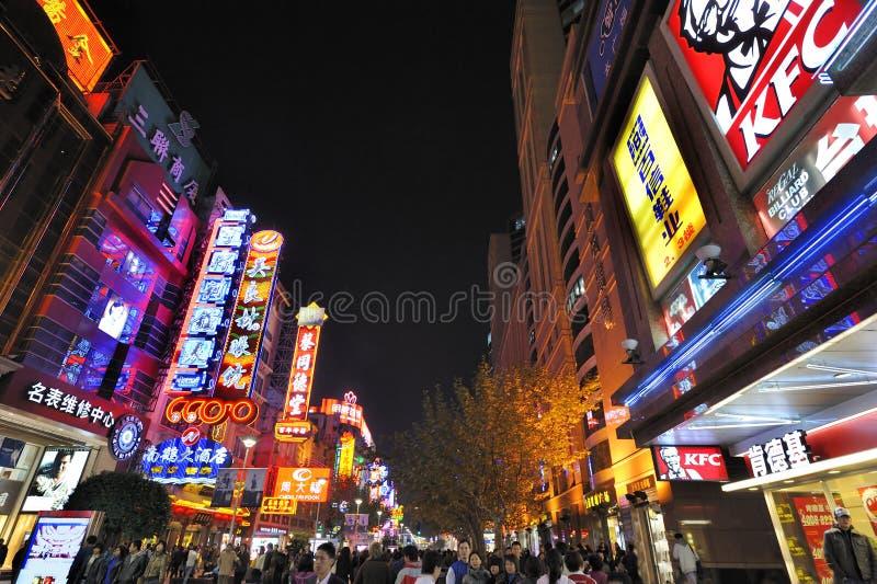 De Weg van Nanjing 's nachts in Shanghai, China stock afbeelding