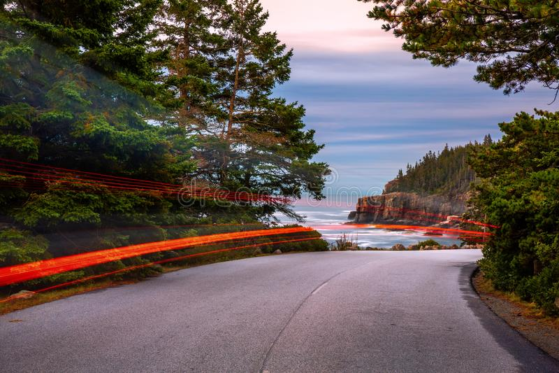 De weg van de parklijn bij schemer, in Maine stock foto