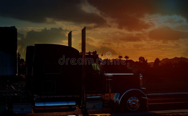 De weg van de vrachtwagenweg met het vervoeren op de asfaltsnelweg tegen hemel tijdens zonsondergang stock fotografie