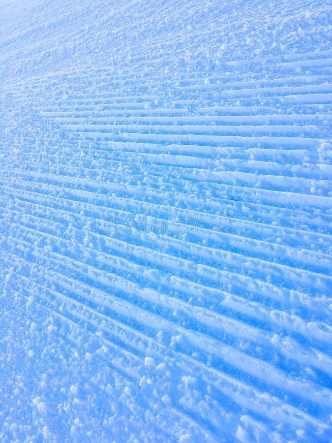 De wegen in de sneeuw van Grandvalira na machines bereiden het spoor voor stock fotografie