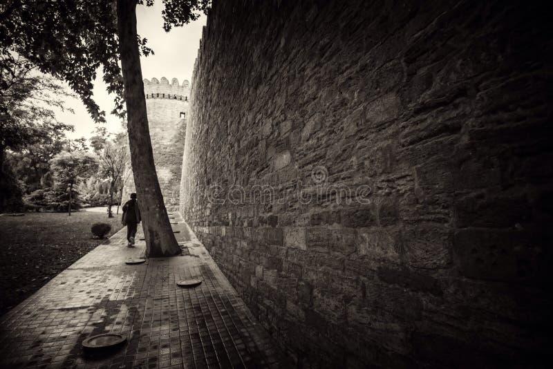 De weggaande eenzame persoon, uitstekende stijlfoto royalty-vrije stock afbeelding