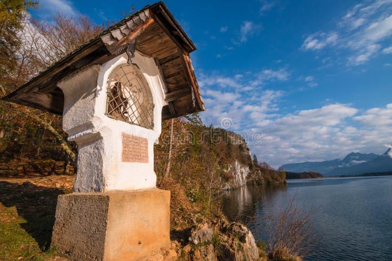 De wegkantheiligdom van huwelijks dwarshochzeitskreuz op een rots over aus stock fotografie
