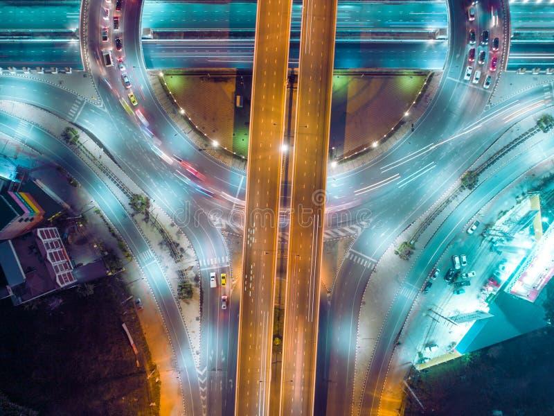 De wegkruising van de satellietbeeldweg bij nacht voor vervoer, distributie of verkeersachtergrond stock afbeelding