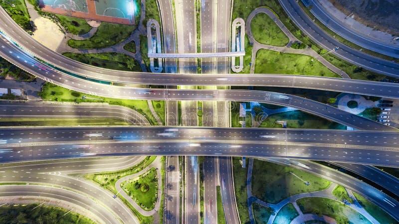 De wegkruising van de satellietbeeldweg bij schemer voor vervoer, distributie of verkeersachtergrond stock afbeeldingen