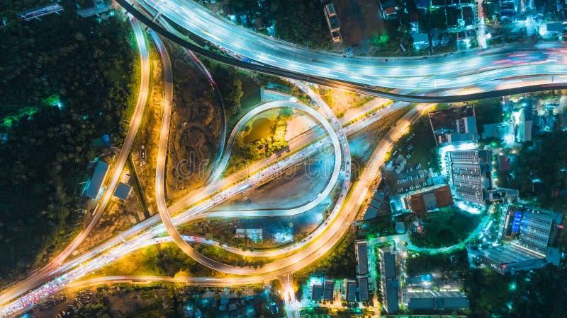 De wegkruising van de satellietbeeldweg bij schemer voor vervoer, distributie of verkeersachtergrond royalty-vrije stock foto's