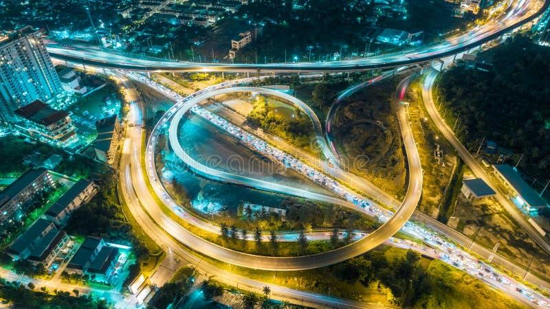 De wegkruising van de satellietbeeldweg bij schemer voor vervoer, distributie of verkeersachtergrond stock afbeelding