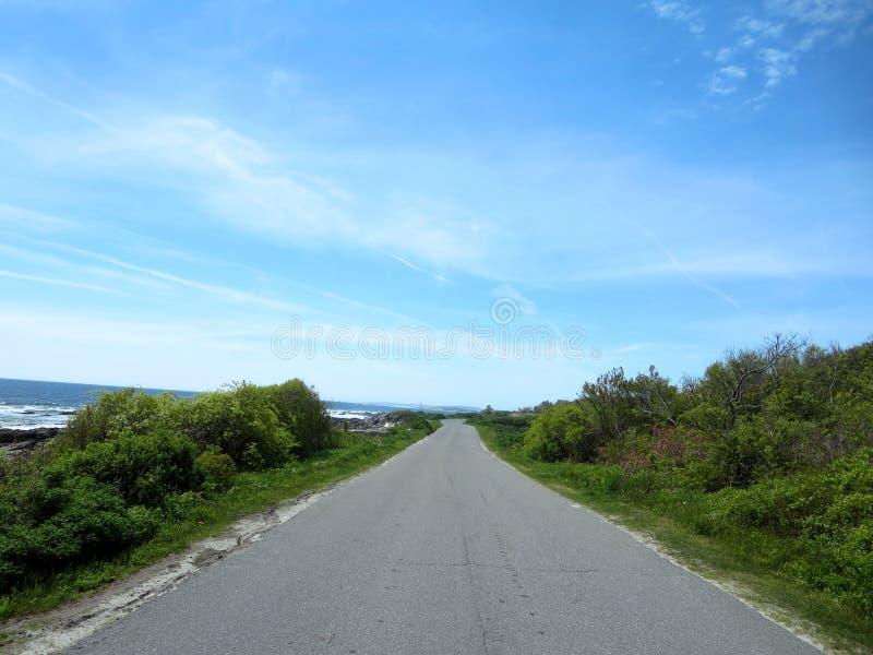 De wegmanier van het piekeneiland met graniet rotsachtige oever, bomen en aw royalty-vrije stock foto's