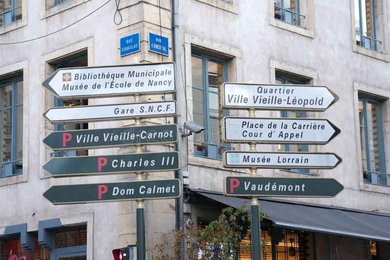 De wegwijzer of voorziet dichtbij het Stanislas vierkant in Nancy, Frankrijk van wegwijzers royalty-vrije stock foto's