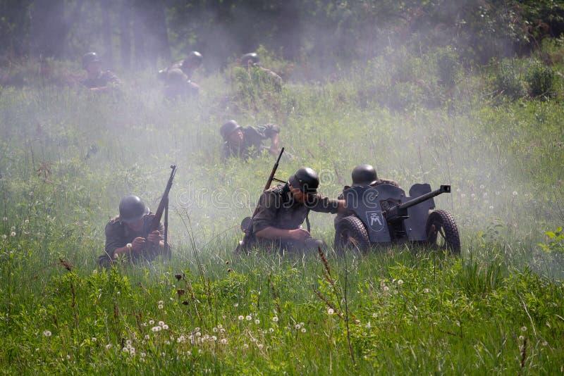 De Wehrmachtmilitairen met anti-tank kanonnen vechten stock foto